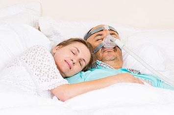 זוג ישן הגבר עם מכשיר סיפאפ