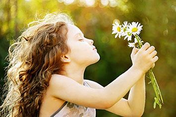 ילדה מחזיקה זר פרחים