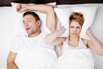 זוג ישן האשה סובלת מהנחירות